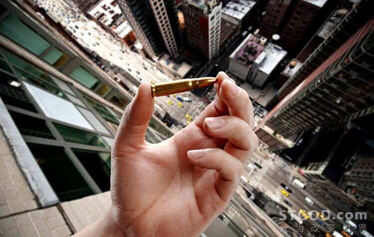 从楼顶扔下去的子弹能打伤人吗?